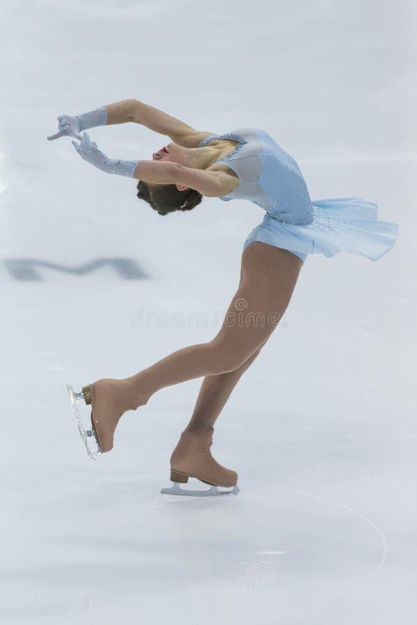 Le patineur artistique féminin exécute le programme de patinage gratuit de dames à la concurrence internationale de patinage arti image stock