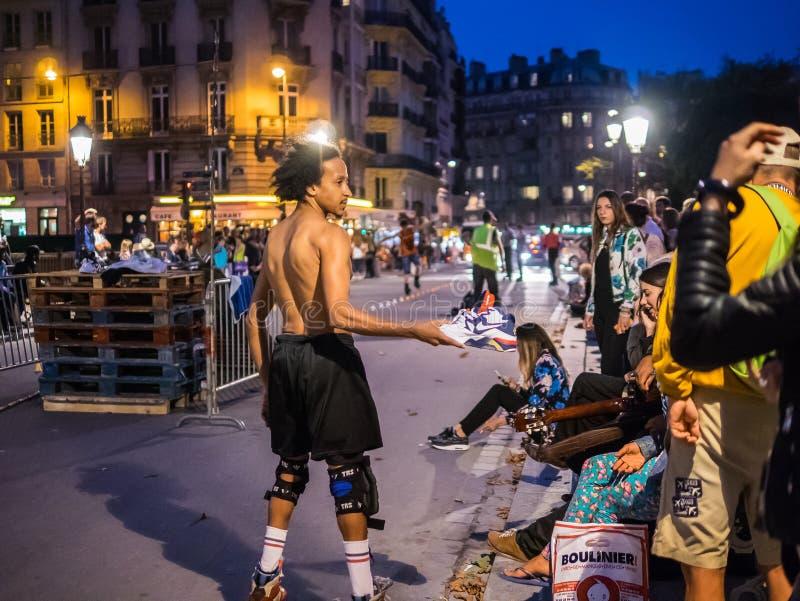 Le patineur de tour sollicite des donations de foule sur la rue de Paris, même photos libres de droits