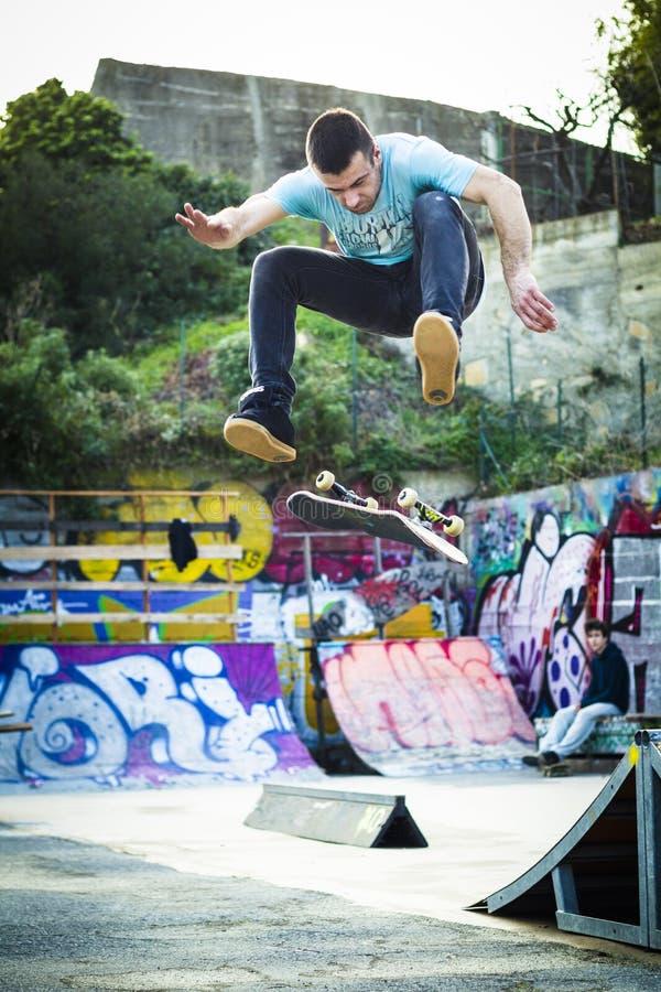 Le patineur font la secousse de frontside dans le skatepark image stock