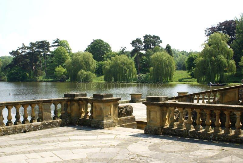 Le patio du jardin de château de Hever à un bord de lac en Angleterre photographie stock libre de droits