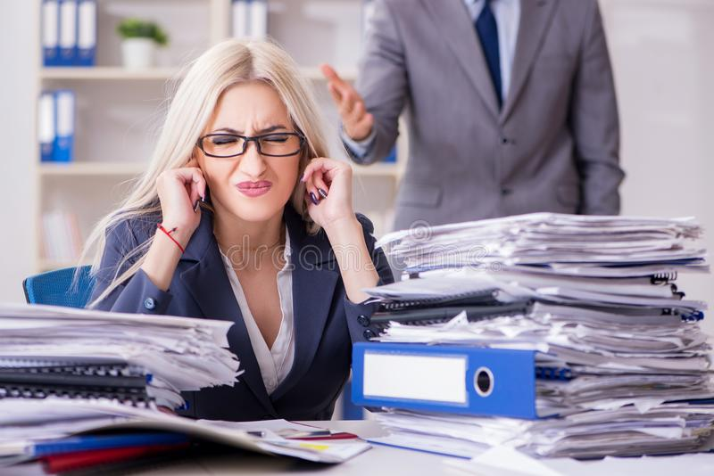 Le patron furieux fâché hurlant et criant à son employé de secrétaire image stock