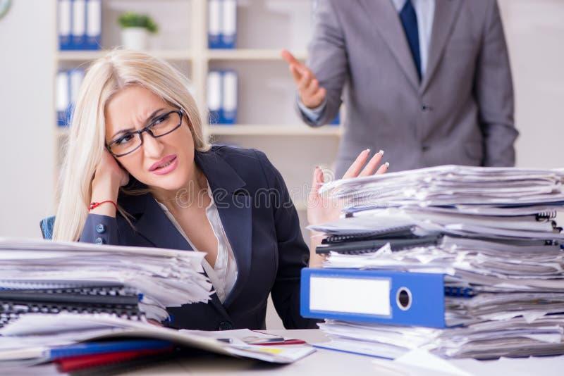 Le patron furieux fâché hurlant et criant à son employé de secrétaire photographie stock