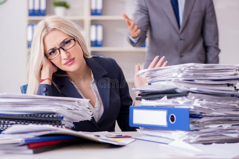 Le patron furieux fâché hurlant et criant à son employé de secrétaire photos stock