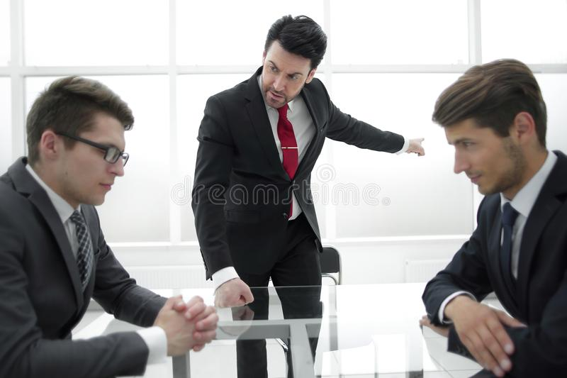 Le patron mauvais écarte un employé nonprofessionnel image libre de droits