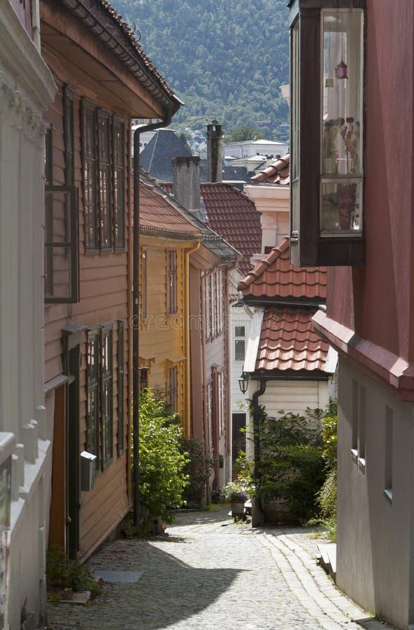 Le pavé a lapidé la rue et les vieilles maisons colorées traditionnelles dans la vieille partie de la ville de Bergen, Norvège, j photographie stock