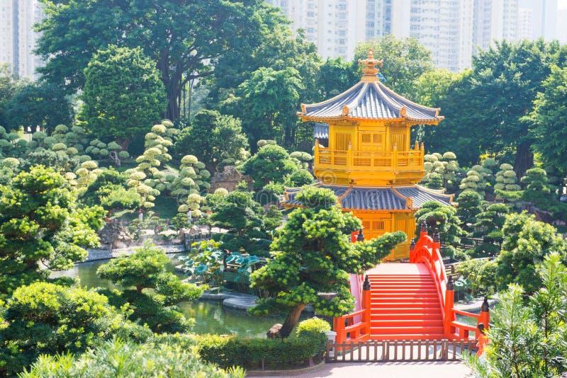 Le pavillon d'or et le pont rouge chez Nan Lian font du jardinage, Hong Kong photo stock
