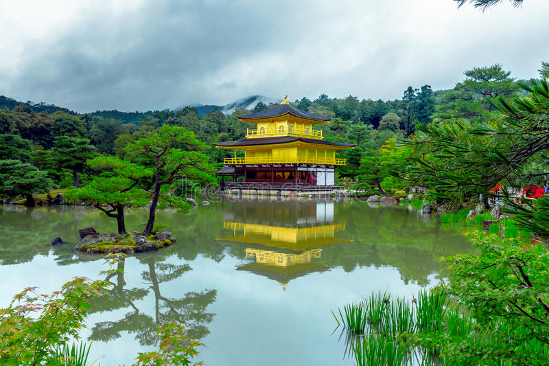 Le pavillon d'or (Kinkaku-JI) de Kyoto, Japon images stock