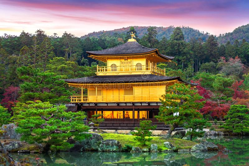 Le pavillon d'or temple de Kyoto de kinkakuji du Japon images libres de droits