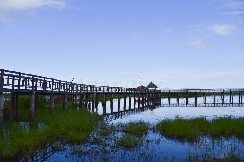 Le pavillon et le vieux chemin de pont en bois sur la lagune photos stock