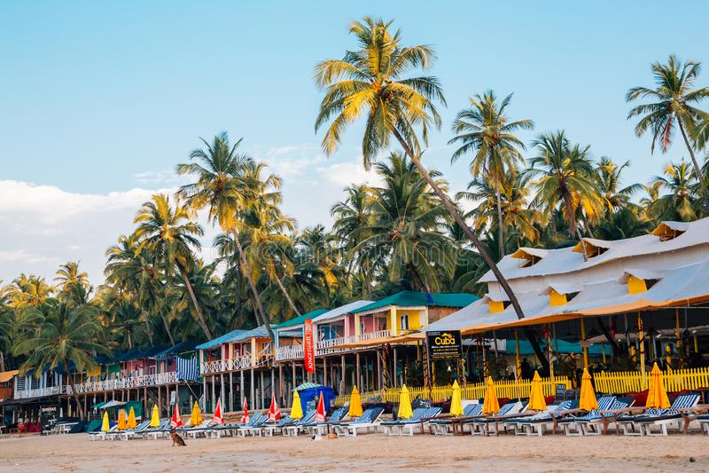 Le pavillon et les chaises et les palmiers de plage chez Palolem échouent dans Goa, Inde images libres de droits