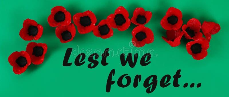 Le pavot rouge Anzac Day, souvenir de guirlande de Diy, se rappellent, Jour du Souvenir a fait des plateaux d'oeufs de carton photographie stock