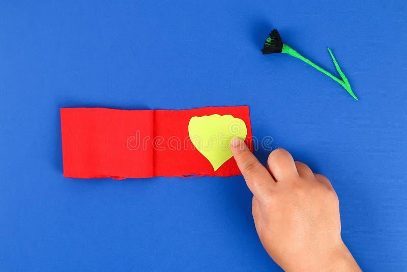 Le pavot rouge Anzac Day, souvenir de papier de Diy, se rappellent, papier de cr?pe de Jour du Souvenir sur le fond bleu images stock
