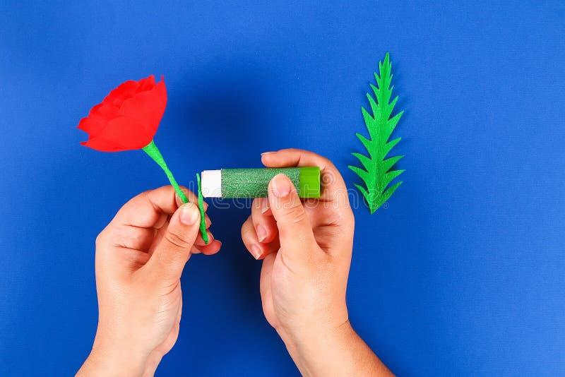 Le pavot rouge Anzac Day, souvenir de papier de Diy, se rappellent, papier de cr?pe de Jour du Souvenir sur le fond bleu photographie stock