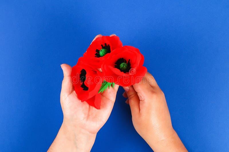 Le pavot rouge Anzac Day, souvenir de papier de Diy, se rappellent, papier de cr?pe de Jour du Souvenir sur le fond bleu photographie stock libre de droits