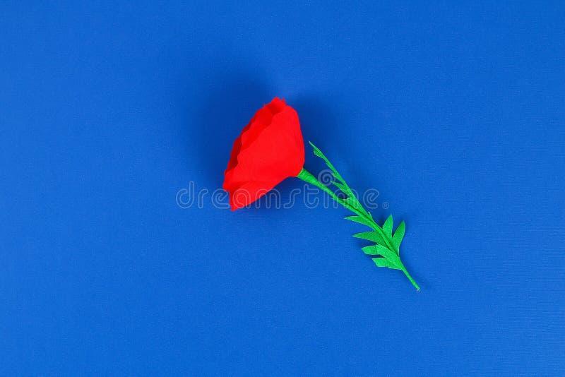 Le pavot rouge Anzac Day, souvenir de papier de Diy, se rappellent, papier de cr?pe de Jour du Souvenir sur le fond bleu images libres de droits