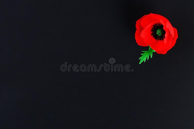 Le pavot rouge Anzac Day, souvenir de papier de Diy, se rappellent, papier de cr?pe de Jour du Souvenir sur le fond noir image libre de droits