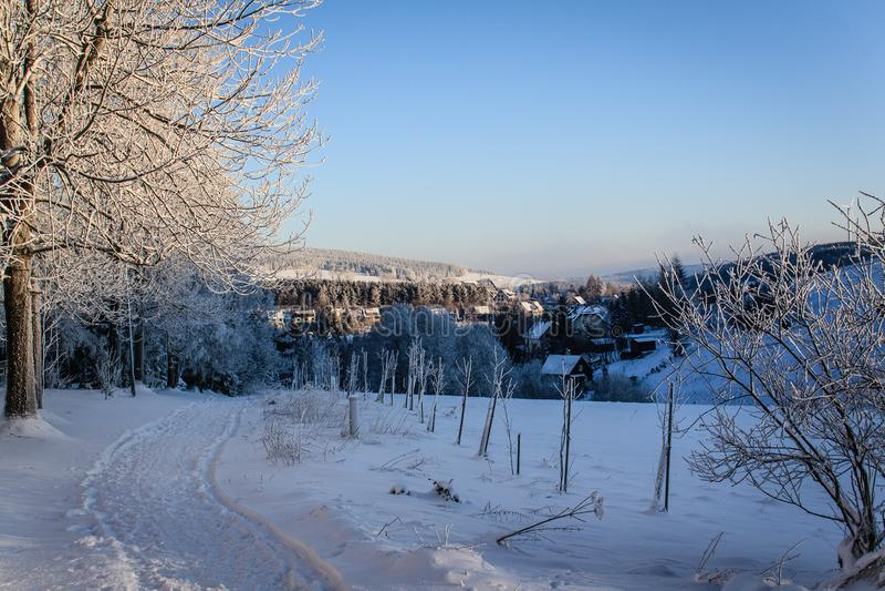 Le pays des merveilles d'hiver au soleil photos libres de droits