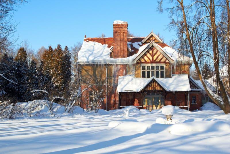 Le pays des merveilles de l'hiver de maison image libre de droits