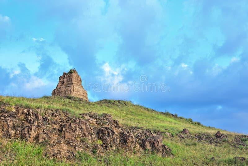 Le paysage avec la tombe antique et les nuages dramatiques au jour se cassent, la Chine photographie stock