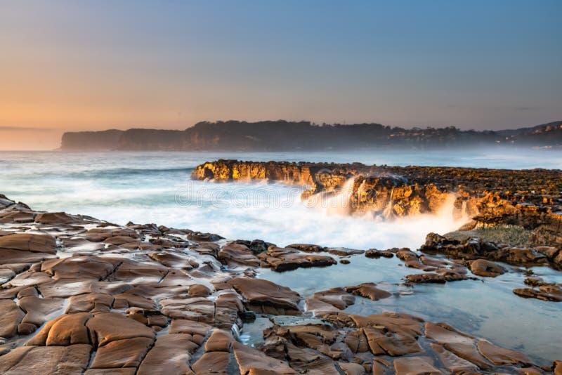 Le paysage côtier de Sunrise Seascape de Rock Platform photographie stock libre de droits