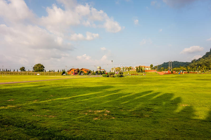Le paysage d'été avec la montagne en verre vert et le ciel bleu dans le vignoble argenté de lac cultivent, Pattaya Thaïlande image stock