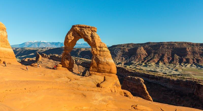 Le paysage d'automne avec le ciel bleu profond et les roches rouges en Utah abandonnent, et voûte sensible image libre de droits