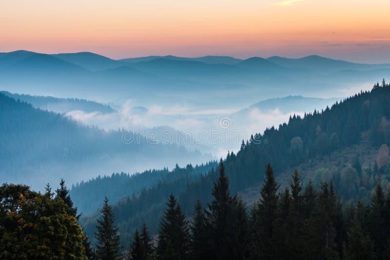 Le paysage d'automne de montagne images stock