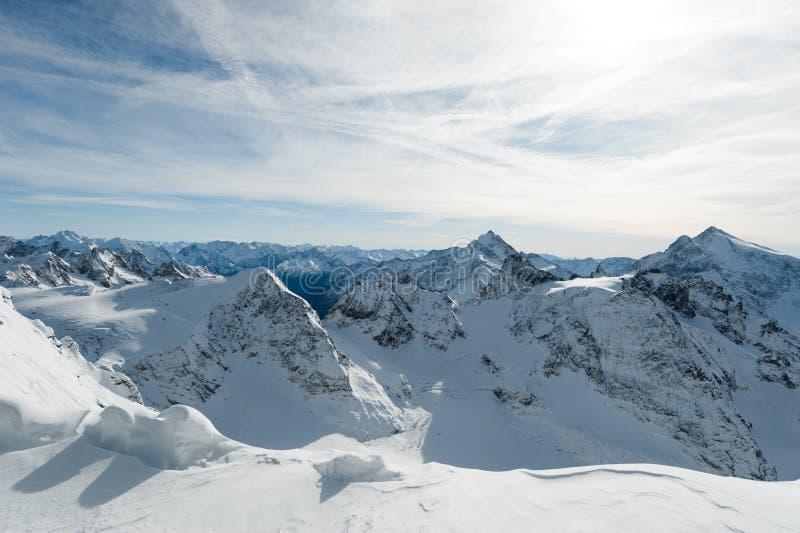 Le paysage de la neige a couvert la vallée Titlis, Engelberg de montagnes photographie stock libre de droits