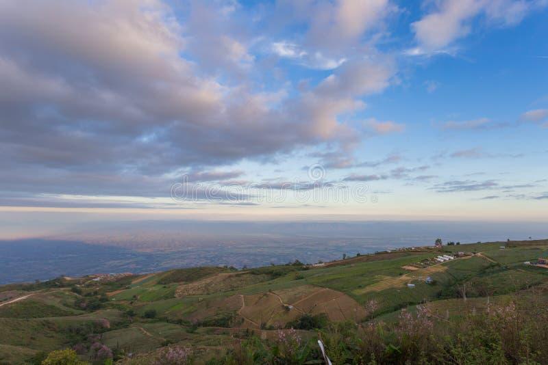 Le paysage de la vallée et du beau ciel de la Thaïlande image stock