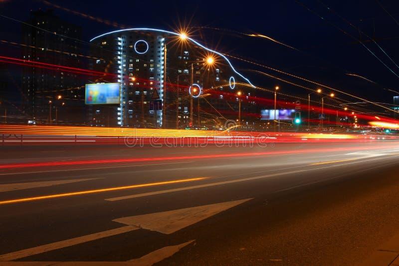 Le paysage de la ville de Minsk au Belarus a brouillé des lumières des phares de voiture images libres de droits