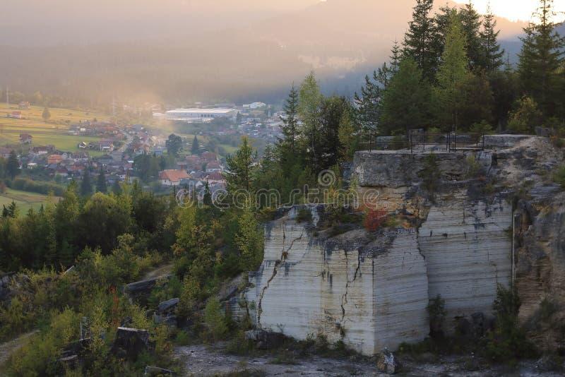 Le paysage de marbre de carrière d'automne a photographié au coucher du soleil avec une ville à l'arrière-plan photo stock