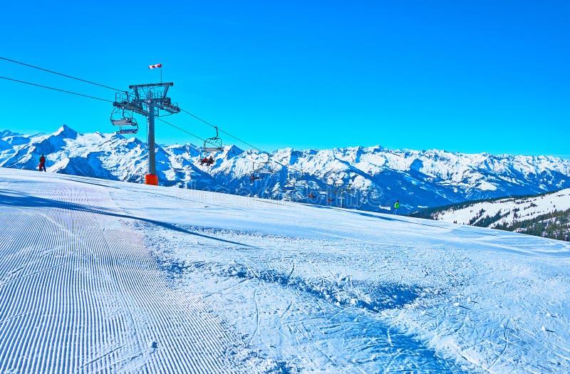 Le paysage de montagne avec la piste toilettée, bâti de Schmitten, Zell AM voient, l'Autriche photographie stock