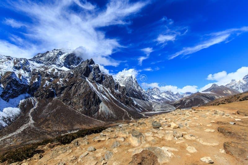 Le paysage de montagne en Himalaya avec la neige a couvert des crêtes image stock