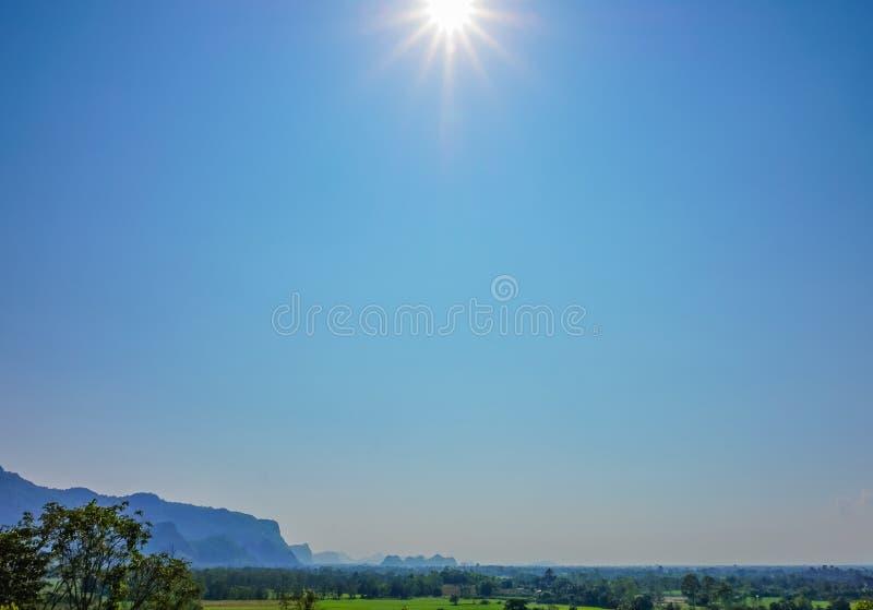 Le paysage de nature avec la forêt verte, la montagne et le soleil s'allument en ciel bleu, Thaïlande - foyer sélectif photo stock