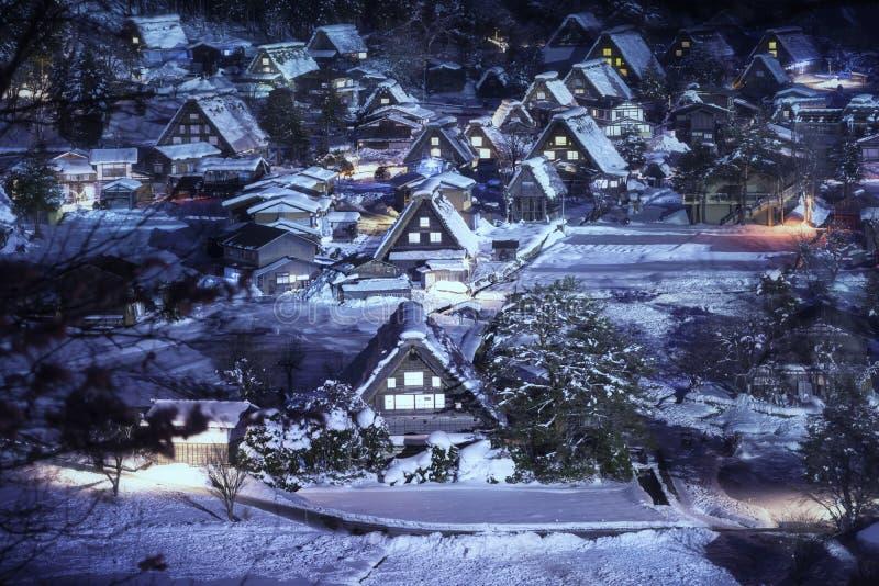 Le paysage du Japon Crépuscule de Shirakawago Village historique des chutes de neige d'allumage de Shirakawago en hiver Festival  photos stock
