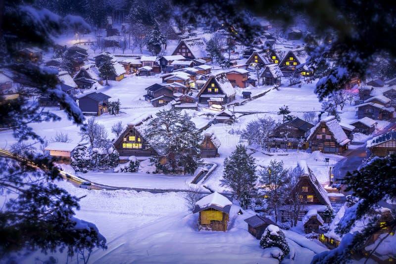 Le paysage du Japon Twightlight de Shirakawago Le village historique de Shirakawago en hiver, Shirakawa est un village situé dans images stock