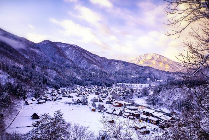 Le paysage du Japon Twightlight de Shirakawago Le village historique de Shirakawago en hiver, Shirakawa est un village situ? dans images stock
