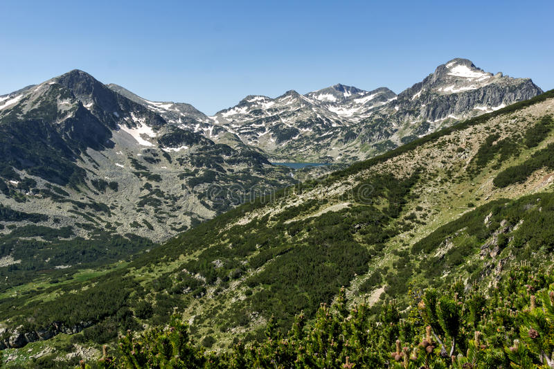 Le paysage du lac, du Sivrya, du Dzhangal et du Kamenitsa Popovo fait une pointe en montagne de Pirin, Bulgarie image stock