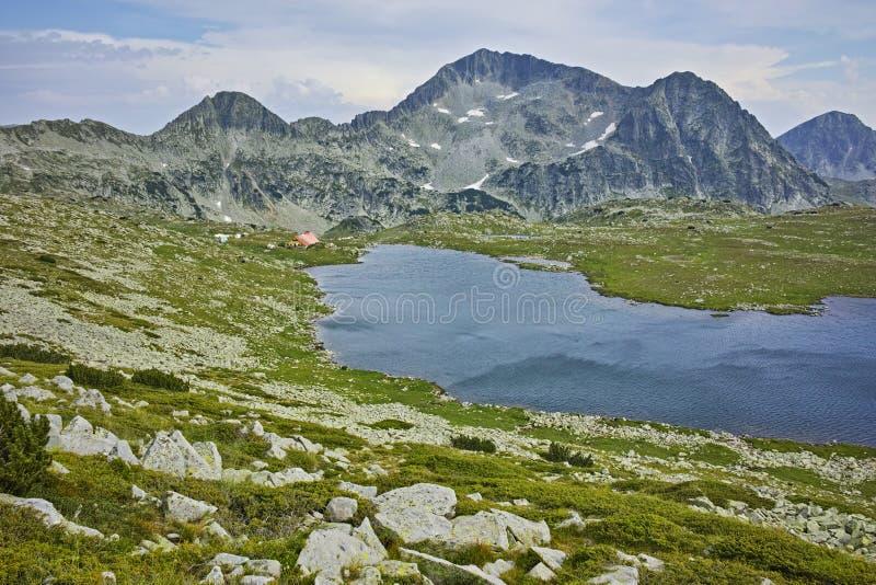 Le paysage du lac Tevno et le Kamenitsa font une pointe, montagne de Pirin, Bulgarie photographie stock
