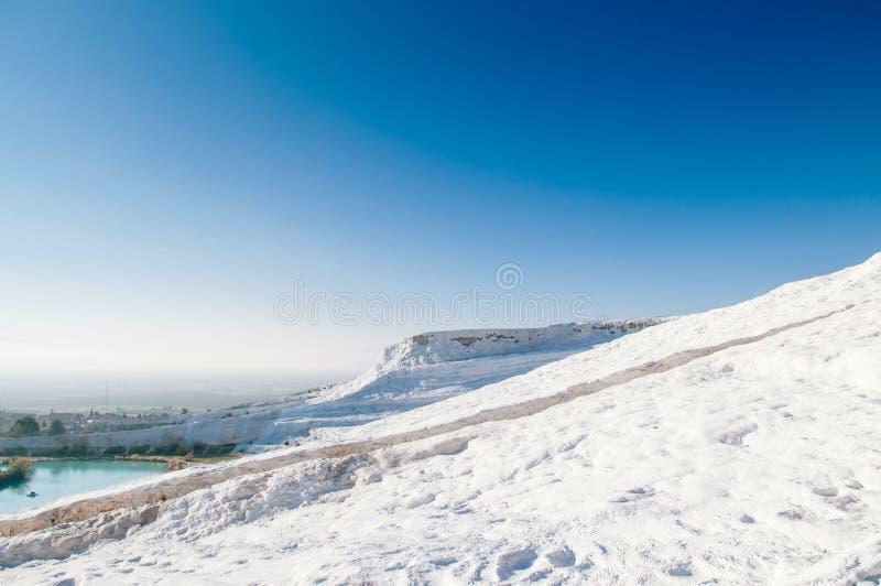 Le paysage du travertin met des terrasses en commun de chaux dans Pamukkale, photo stock