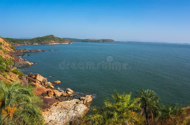 Le paysage est belle côte rocheuse, mer bleue et ciel sans nuages L'OM échouent, Gokarna, Karnataka, Inde image libre de droits