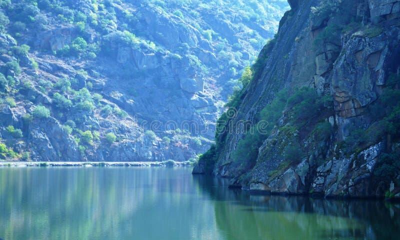 Le paysage et la berge : la rivière de Douro de lumière et d'ombre photographie stock libre de droits