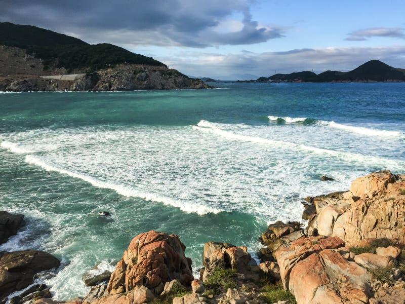 Le paysage marin avec beaucoup de roches en Phan a sonné, le Vietnam photos stock