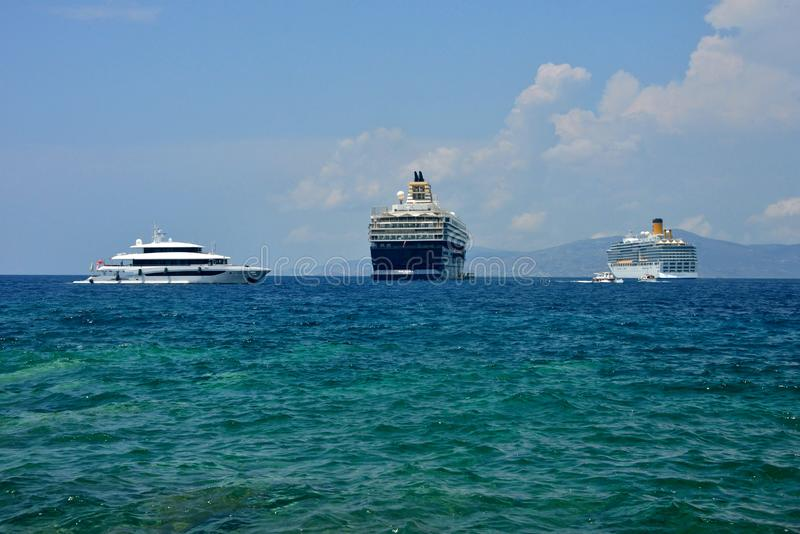 Le paysage marin avec des bateaux de croisière et le yacht ont ancré photographie stock