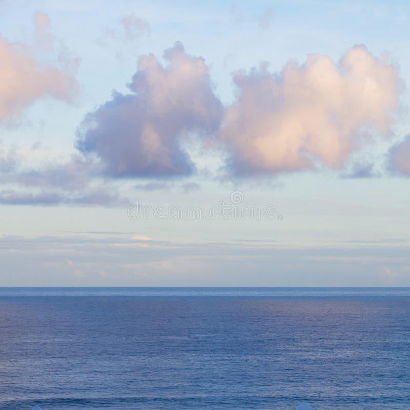Le Paysage Marin Avec L Océan Bleu De Deap Arrose Au Lever De Soleil Photographie stock libre de droits