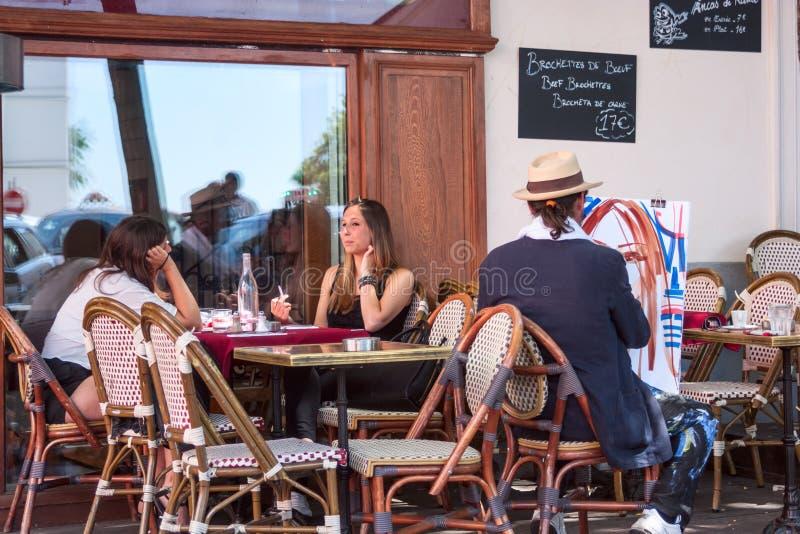 Le paysage parisien de rue - le café dans Montmartre avec dessine l'artiste, Paris photo libre de droits