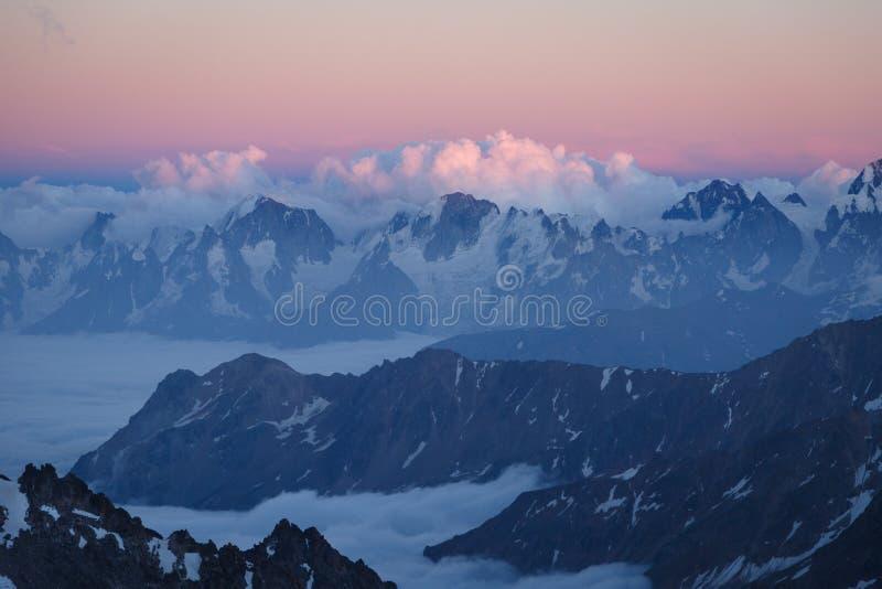 Le paysage passionnant des environs d'Elbrus photo libre de droits