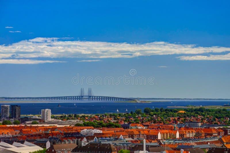 Le paysage urbain aérien panoramique de la ville de Copenhague et l'Oresund jettent un pont sur le Danemark photo stock
