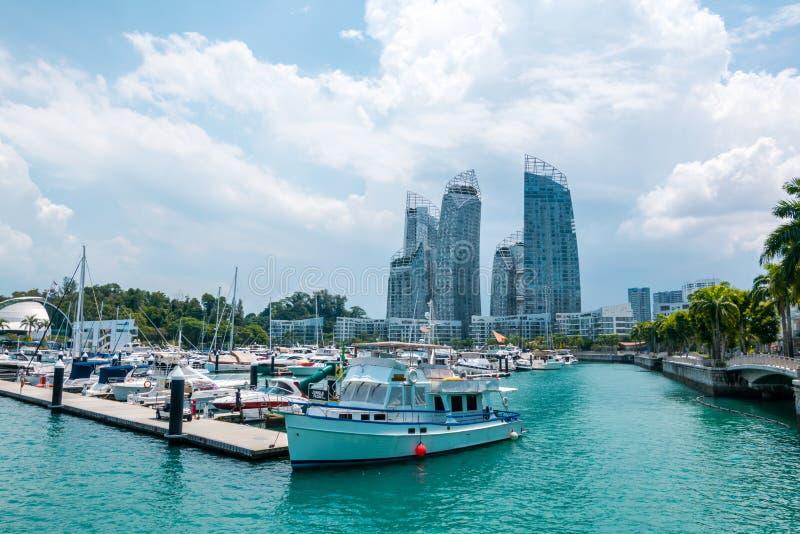Le paysage urbain avec la vue de bateaux de l'île de Keppel à Singapour images libres de droits