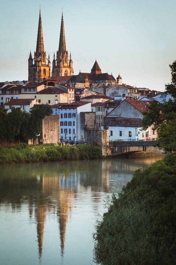 Le paysage urbain Bayonne, France avec la cathédrale s'est reflété en rivière Nive photographie stock
